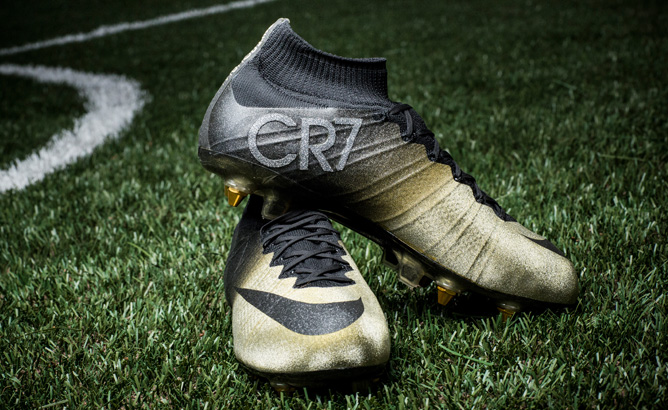 nike-cristiano-ronaldo-with-mercurial-cr7-rare-gold-01
